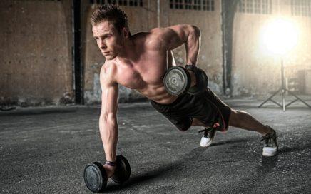 ejercicio físico con pesas en el gimnasio